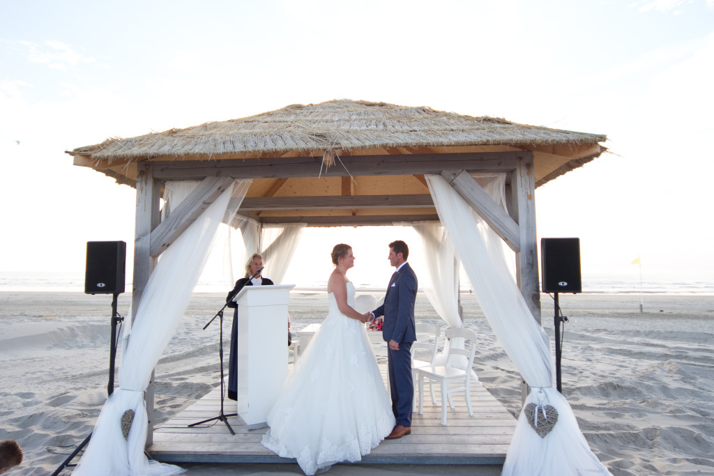 Trouwambtenaar-Mirjambuys.nl-Bijzonder-Ambtenaar-Burgerlijke-Stand-officiele-huwelijksvoltrekkingen-ceremoniele-huwelijksvoltrekkingen-het-officiele-ja-woord-trouwen-op-het-strand