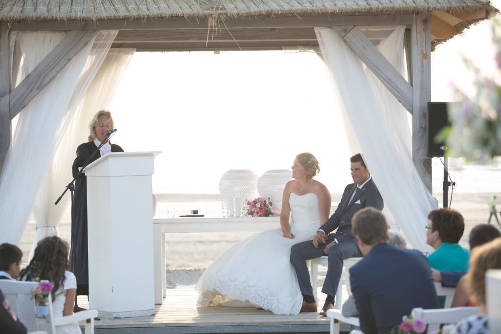 Trouwambtenaar-Mirjambuys.nl-Bijzonder-Ambtenaar-Burgerlijke-Stand-officiele-huwelijksvoltrekkingen-ceremoniele-huwelijksvoltrekkingen-ja-woord-gedicht-trouwen-op-het-strand-