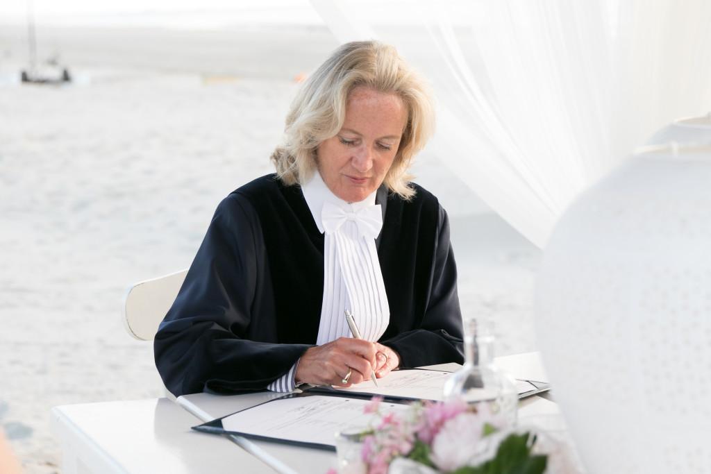 Trouwambtenaar-Mirjambuys.nl-Bijzonder-Ambtenaar-Burgerlijke-Stand-officiele-huwelijksvoltrekkingen-ceremoniele-huwelijksvoltrekkingen-ja-woord-trouwen-op-het-strand