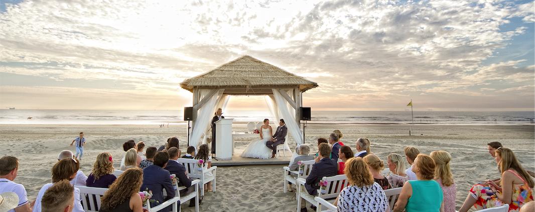 Trouwambtenaar-Mirjambuys.nl-officiele-huwelijksvoltrekkingen-ceremoniele-huwelijksvoltrekkingen-ja-woord-trouwen-op-het-strand-slider